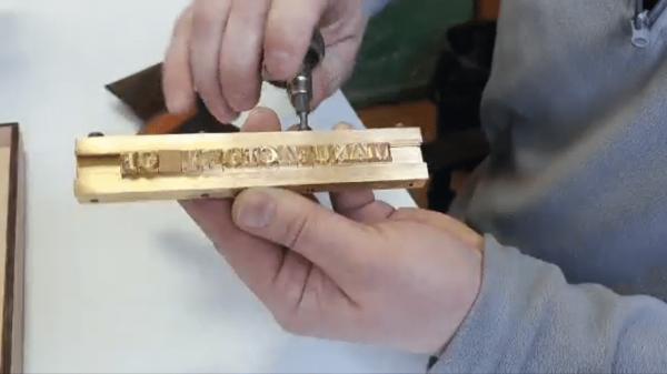 закрепление букв на наборном клише для тиснения