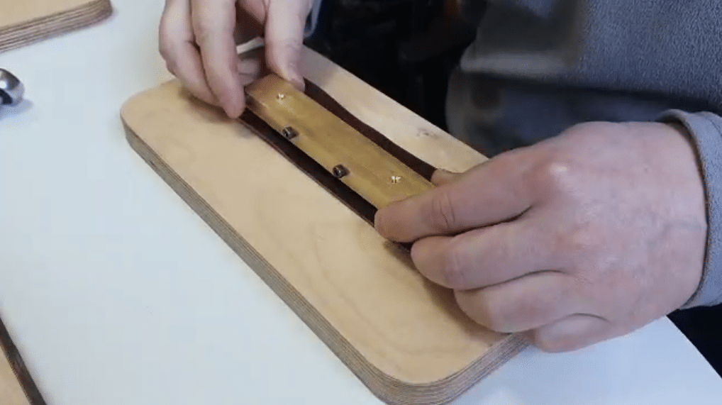 Закрепление наборного штампа на коже